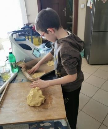 Adaś przygotowuje szarlotkę.