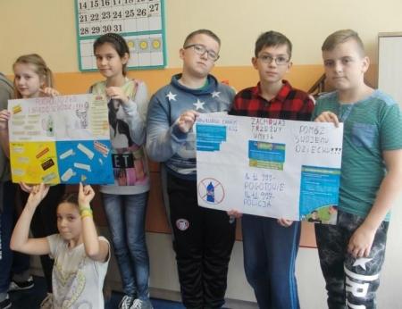 Uczniowie klasy szóstej ostrzegają przed alkoholem i dopalaczami